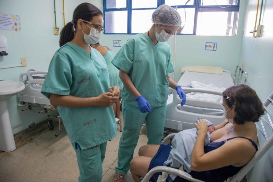Residentes de enfermagem obstétrica da Fesp orientam gestantes e puérperas sobre o aleitamento materno