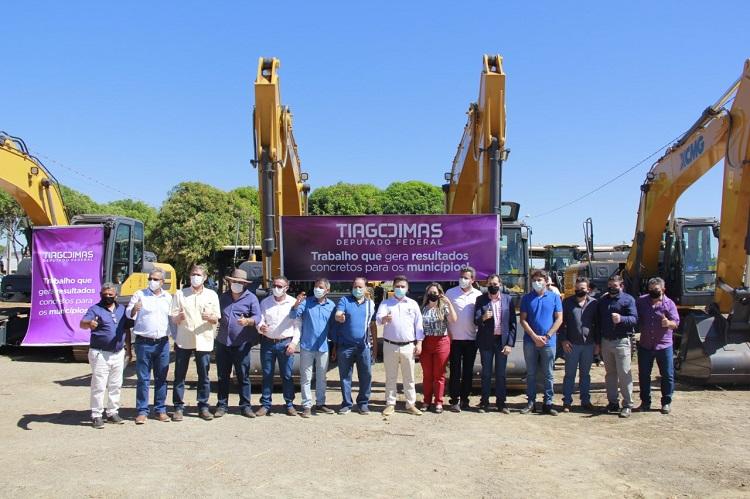 Tiago Dimas entrega 11 escavadeiras hidráulicas para municípios