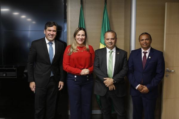 Dulce Miranda solicita ao ministro Rogério Marinho repasses para pavimentação de Peixe