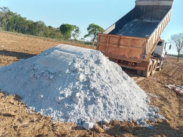 Prefeitura de Caseara presta suporte a agricultores com distribuição de calcário