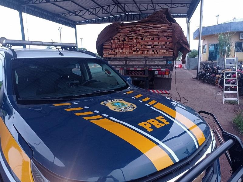 PRF apreende carga ilegal de madeira na BR-153 em Araguaína