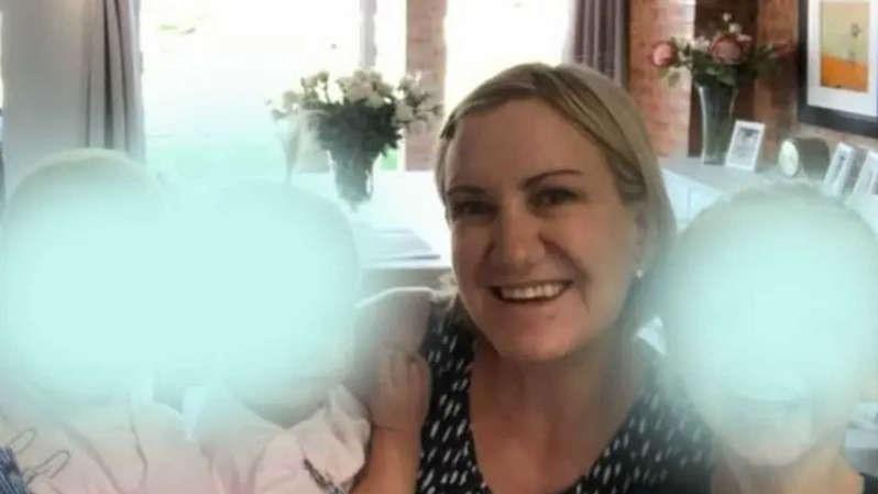 Mãe é presa após pai encontrar as três filhas mortas em casa