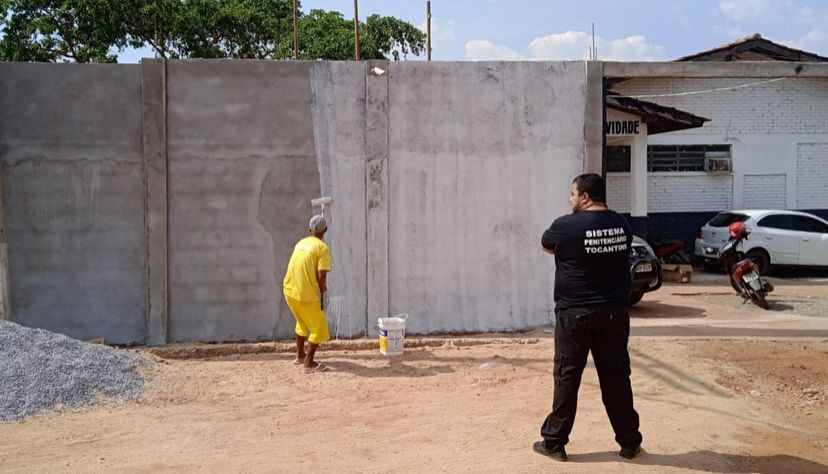 Custodiados revitalizam muros da Unidade Penal de Natividade