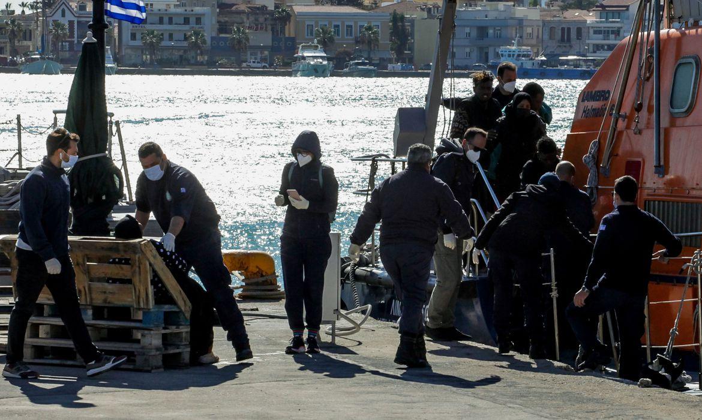 Grécia faz operação de salvamento de migrantes após naufrágio