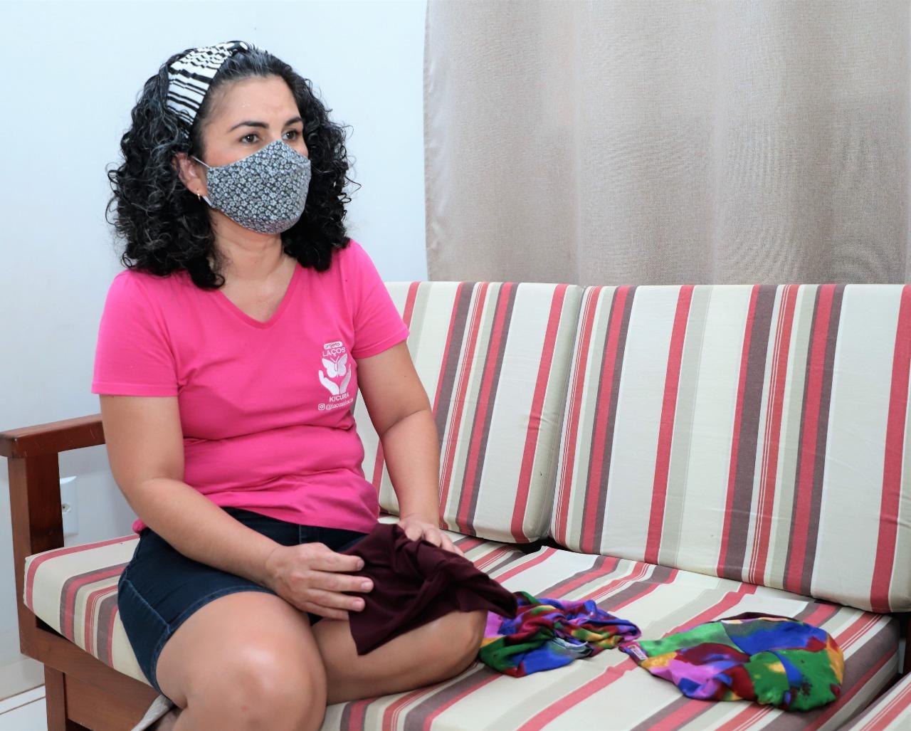 """""""Enfrentar o câncer não é apenas fazer a quimioterapia e voltar para casa"""", conta mulher após vencer a doença"""