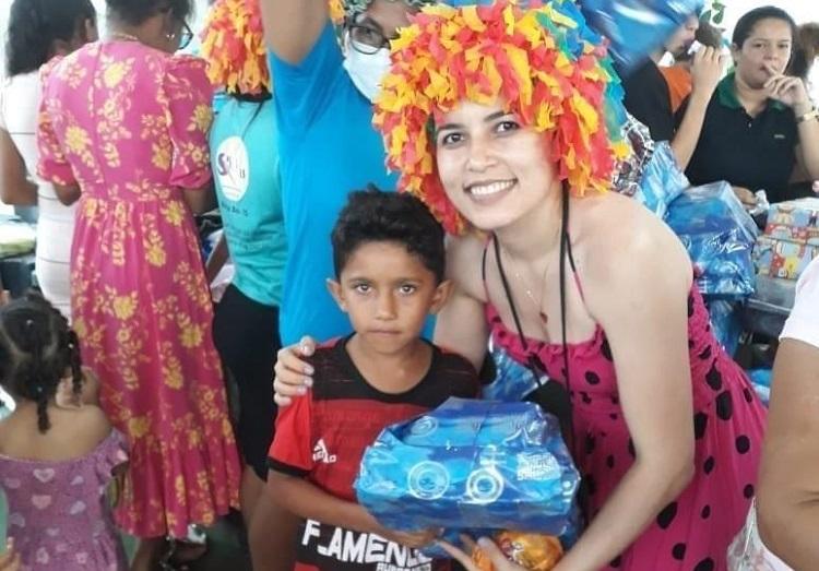 Crianças do assentamento Paulo Freire I, em Rio dos Bois, recebem brinquedos em ação da Assistência Social