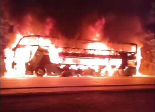 Ônibus fica completamente destruído pelo fogo na TO-080 entre Palmas e Paraíso