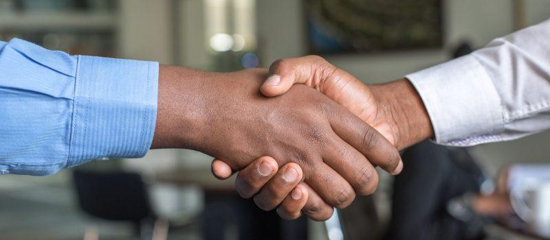 Deux personnes se serrant la mains à cause des nouveaux contrats services