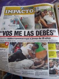 Journaux au Guatemala. On montre les images des meurtres, les scénarios. La presse au service de la terreur