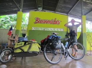 Nuit improvisée sous l'abri d'un bar au milieu de nulle part à cause de pluie torrentielle, Panama