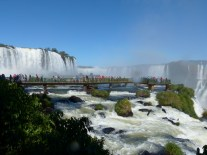 Le défilé autour des chutes d'Iguaçu (Brésil)