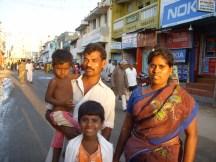Une famille hindoue dans la ville sainte de Rameshwaram, tout au sud du pays