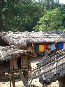 Des maisons dans un village garo