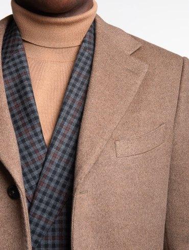 col roulé beige en laine avec veston