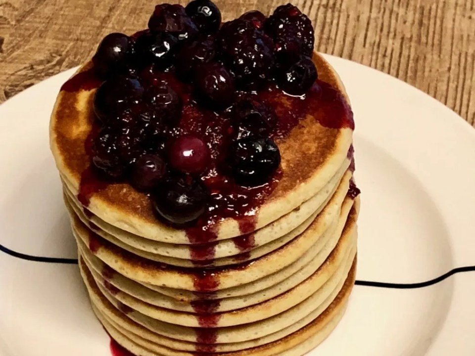 Mascarpone pancakes with red fruit compote