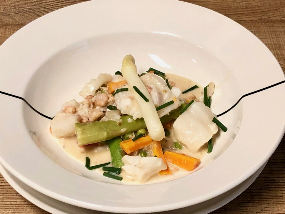 Fish stew with green and white asparagus