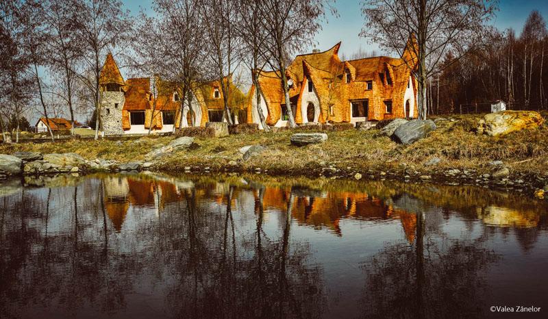 In Romania s-a construit un hotel doar din lut, lemn, nisip, piatra si fan: Castelul Valea Zanelor din Muntii Fagarasului