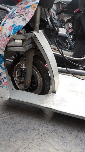 qiqis-scooter-front-wheel-detail