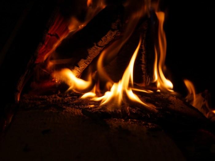 Feuer machen ohne Feuerzeug Lagerfeuer