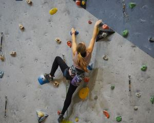 Klettern ohne Seil, bouldern, bouldern anfänger, bouldern drei punkt regel, bouldern eindrehen, bouldern langer arm, bouldern regeln