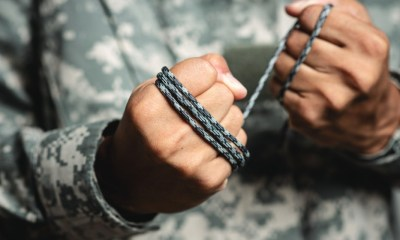 gray paracord rope soldier hand parachute | How To Cut Paracord Without A Knife | featured