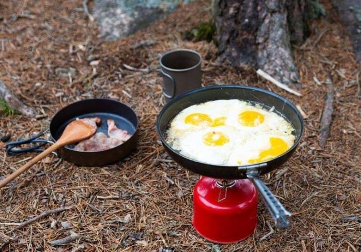 | Breakfast, bacon and fried egg on a titanium plate
