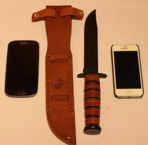 USMC Kampfmesser mit Lederscheide im Größenvergleich
