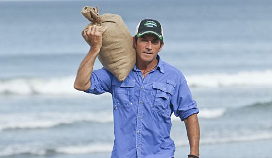Jeff Probst delivers food to Hunahpu tribe