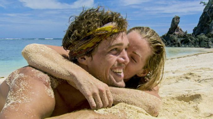 Cole and Jessica share a kiss on Survivor 2017