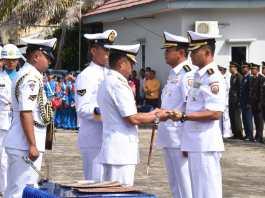 Danlantamal IV Laksamana Pertama TNI Arsyad Abdullah memimpin serah terima jabatan Danlanal Ranai dari Kolonel Laut (P) Harry Setyawan kepada Kolonel Laut (P) Tunggul (Dok Dispen Lantamal IV)