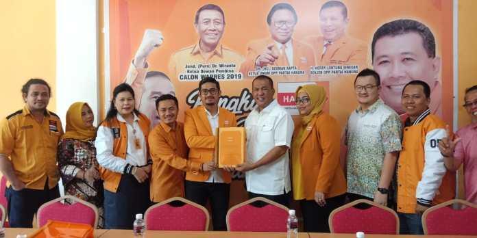 Ketua DPD Partai Golkar Ruslan Ali Wasyum mengambil formulir penjaringan calon Walikota Batam di DPC Partai Hanura, Senin (25/11/2019) siang. Foto:(Suryakepri.com/ROMI)