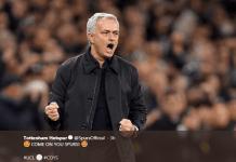 Manajer Hotspur, Jose Mourinho memberikan semangat kepada para pemainnya. (Sumber: Twitter Tottenham Hotspur)