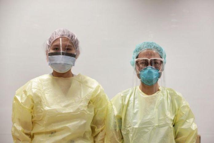 Kacamata pelindung yang didesain Dr Shawn Vasoo, konsultan senior dan direktur klinis National Center for Infectious Diseases (NCID), untuk menggantikan kacamata pelindung bagi petugas medis yang menangani penyakit menular. (Foto: Straits Times)