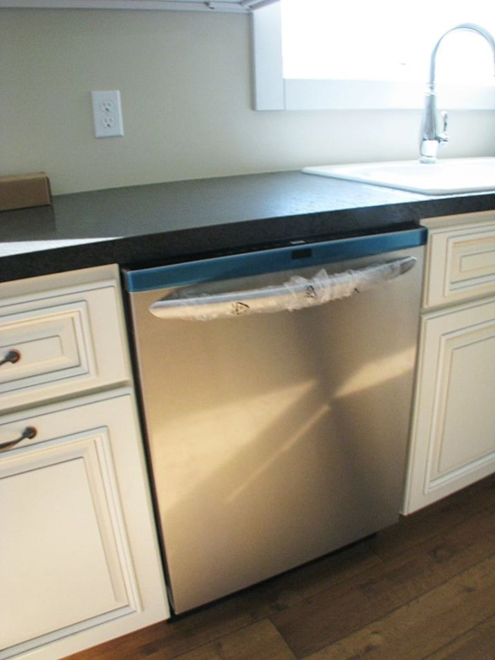 2502 Kitchen dishwasher