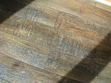 2515 Laminate wood floor