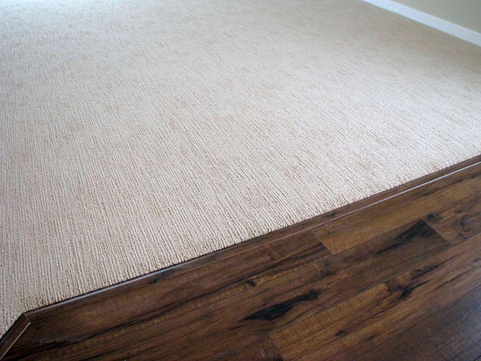 2518 Looped pile carpet meeting dining room laminate floor