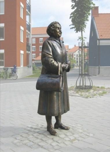 """""""Svenska Tanten"""" brons 167cm2005 Campus Linnéuniversitetet, Växjö"""