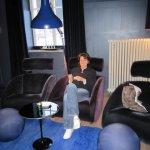 Claudia im Rauchersalon, die Lampen sind ein Hit! (Claudia natürlich auch ;-) ) - Foto von Susanne Haun