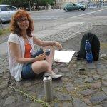Ich beim Kaffee geniessen auf meinem Malplatz - Foto von Gabi Bachmann