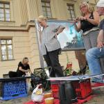 """Andreas und seine Schülerinnen von meinem """"Bodenplatz"""" aus gesehen - Foto von Susanne Haun"""