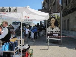 Draußen kann der wartende Besucher Getränke kaufen - Foto von Susanne Haun