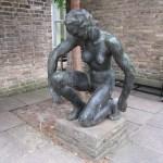 Skulptur von Georg Kolbe im Museum (im Hintergrund die Stühle für das Aktmalen)