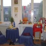 Fensterfront mit meinen Dingen in meinem ersten Atelier Tegel Süd Berlin - Foto von Susanne Haun