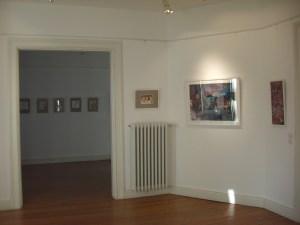 Einheitliche Hängung von Bildern in Max Aab Rahmen Andreas Mattern und Susanne Haun in der Villa Flath
