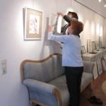 Ingrid und Helga hängen meine Bilder - Foto von Susanne Haun
