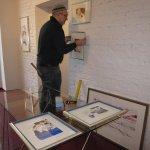 Daniel hängt die kleinen Zeichnungen - Foto von Susanne Haun