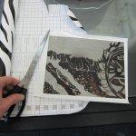 Die Rückseite der Platte wird abgeklebt, damit dort nicht geäzt wird - Foto von Susanne Haun
