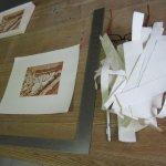 Das abgerissene Papier türmt sich neben mir - Foto von Susanne Haun