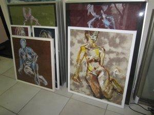 Ich mag farbiges, handgeschöpftes Büttenpapier und habe die Aktzeichnungen gerahmt - Zeichnungen von Susanne Haun