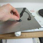 Auf der Herdplatte wird die Zinkplatte erhitzt und das Vernis Mou schmilzt - Foto von Susanne Haun